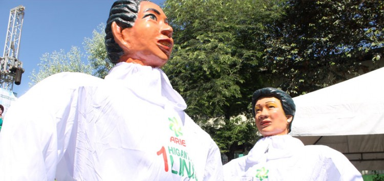 """Ariel ensures fun, food and """"higanteng linis"""" from dirt and stains at the Higantes Festival"""